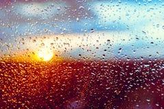 tappar det glass fönstret för regnvatten Arkivfoton