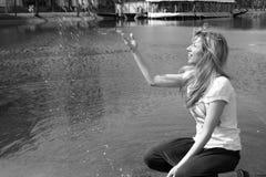 tappar plaska vatten för flickan royaltyfri fotografi
