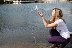 tappar plaska vatten för flickan arkivfoton