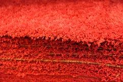 Tappeti da bagno che grigi della pila i tappeti da bagno impilano, impilato sopra a vicenda fotografia stock libera da diritti