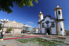 Tappeti variopinti davanti alla chiesa nel corpus Christi Pr Fotografia Stock