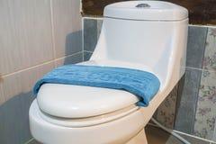 Tappeto da bagno blu benvenuto sulla ciotola di toilette nella località di soggiorno dell'hotel Fotografia Stock