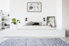 Tappeto e manifesto modellati nell'interno bianco della camera da letto con la pianta Immagini Stock Libere da Diritti