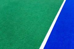 Tappeto erboso artificiale su un campo sportivo immagini stock libere da diritti