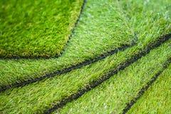 Tappeto erboso artificiale verde Esempi di tappeto erboso artificiale, pavimentazione per i campi da giuoco immagini stock