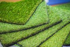 Tappeto erboso artificiale verde rotolato Sonde di tappeto erboso artificiale, pavimentazione per i campi da giuoco fotografia stock