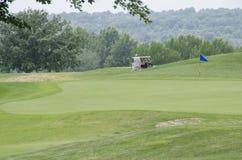 Tappeto erboso di golf con il gioco del tipo fotografia stock libera da diritti