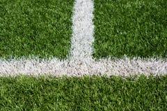 Tappeto erboso verde del campo di calcio con le linee dipinte bianco Fotografia Stock Libera da Diritti