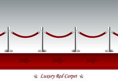 Tappeto rosso di lusso con la corda della barriera Fotografia Stock Libera da Diritti