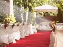 Tappeto rosso di nozze all'altare immagini stock libere da diritti