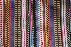 Tappeto variopinto in bande verticali dei colori differenti, traditi immagine stock libera da diritti