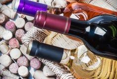 Tappi del vino e bottiglie dei produttori famosi del vino del vino Immagine Stock Libera da Diritti