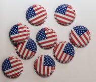 Tappi di bottiglia con la bandiera degli Stati Uniti su loro Fotografie Stock