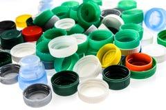 Tappi di bottiglia di plastica nei colori differenti Fotografia Stock