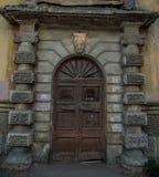 Tappningär trädörren för gammal stil av den forntida herrgården stängd Arkivfoton