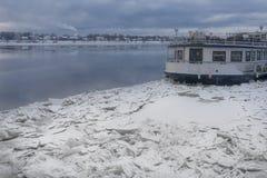 Tappningångbåt bland isen på floden Royaltyfria Foton