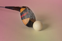 Tappning, antik golfchaufför (putter) och boll kontrollera klubbagolfillustrationer mer min var god sportslig portfölj Arkivbild