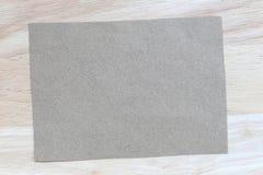 Tappning av anmärkningspapper på träbakgrunds- och kopieringsspecifikationer Royaltyfria Foton