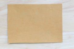 Tappning av anmärkningspapper på träbakgrunds- och kopieringsspecifikationer Royaltyfri Bild