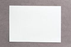 Tappning av papp på bruna bakgrunds- och kopieringsspecifikationer Arkivbild