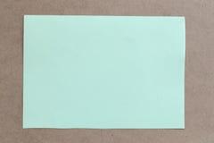 Tappning av papp på bruna bakgrunds- och kopieringsspecifikationer Royaltyfria Bilder