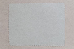 Tappning av papp på bruna bakgrunds- och kopieringsspecifikationer Arkivfoto