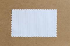 Tappning av papp på bruna bakgrunds- och kopieringsspecifikationer Arkivfoton