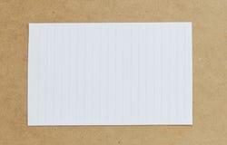 Tappning av papp på bruna bakgrunds- och kopieringsspecifikationer Royaltyfria Foton