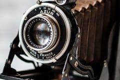 Tappning Azur Folding Camera på marmorbakgrund fotografering för bildbyråer