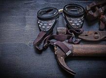 Tappning bearbetar klämman för skyddsglasögonhammareplattång Arkivfoto