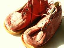 Tappning behandla som ett barn röda läderskor för dockor Arkivbilder