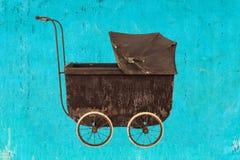 Tappning behandla som ett barn sittvagnen Arkivfoto