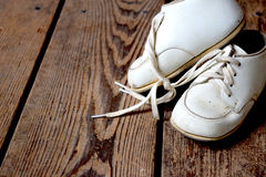 Tappning behandla som ett barn skor Arkivbild