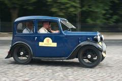 Tappning blåa Austin Seven på det retro billoppspåret Royaltyfri Bild