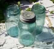 Tappning blåa Mason Jars Arkivbilder