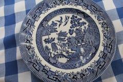Tappning blåa Willow China Pattern Plate Royaltyfri Bild