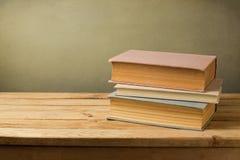 Tappning bokar i pastellfärgad färg på trätabellen med kopieringsutrymme arkivbild