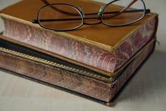 Tappning bokar och exponeringsglas royaltyfria foton