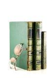 Tappning bokar staplat och exponeringsglas Royaltyfria Bilder