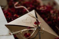 Tappning boxas med torkade röda blommor på en vit säng Begreppsnostalgiker och minnetappningbakgrund royaltyfri bild