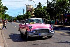 Tappning Buick i Varadero royaltyfri foto