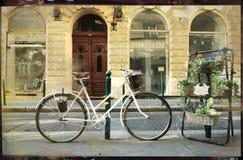 Tappning cards- den gamla cykeln med blommor på gatan Arkivbild