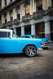 Tappning Chrysler bredvid gammala byggnader i Havana Royaltyfria Bilder