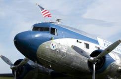 Tappning DC-3 som flyger amerikanska flaggan royaltyfria bilder