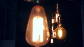 Tappning Edison Lamp Lighting Decoration i vindstil Gamla ljusa kulor som hänger på tak i restaurang Ljus i stock video
