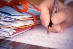 Tappning eller Retro hand med springbrunnen Pen Writing Letters Closeup Royaltyfri Bild