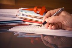 Tappning eller Retro stilhand med springbrunnen Pen Writing Letters Fotografering för Bildbyråer