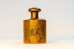 Tappning en guld- kalibreringsvikt för kg Fotografering för Bildbyråer