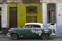 tappning för bilcuba havana gammal gata Arkivfoto