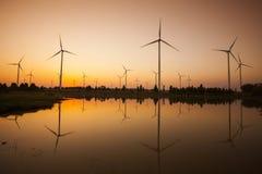 Tappning för ekosystem för bakgrund för solnedgång för vindturbin royaltyfri bild